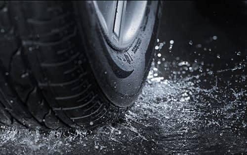 Tire splashing water